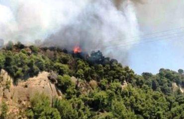 Zjarr në Mëzez, kërcënohen shtëpitë, panikosen banorët