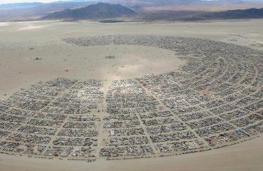 Festivali i muzikës/ 70 mijë njerëz mblidhen në mes të shkretëtirës, çfarë ndodh në Nevada