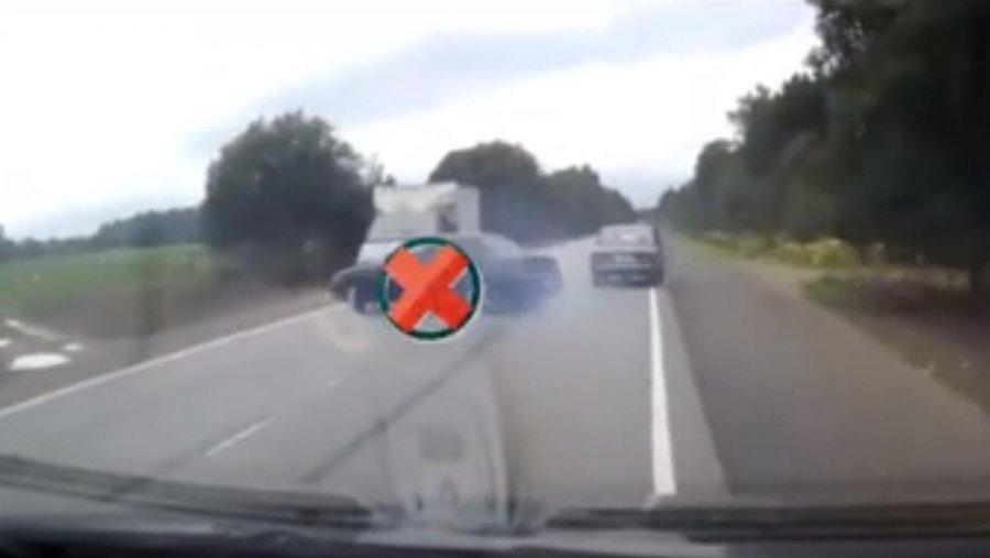 """Aksident i frikshëm, shikoni çfarë i ndodh """"të fortit"""" që hyn në parakalim të gabuar me shpejtësi (VIDEO)"""