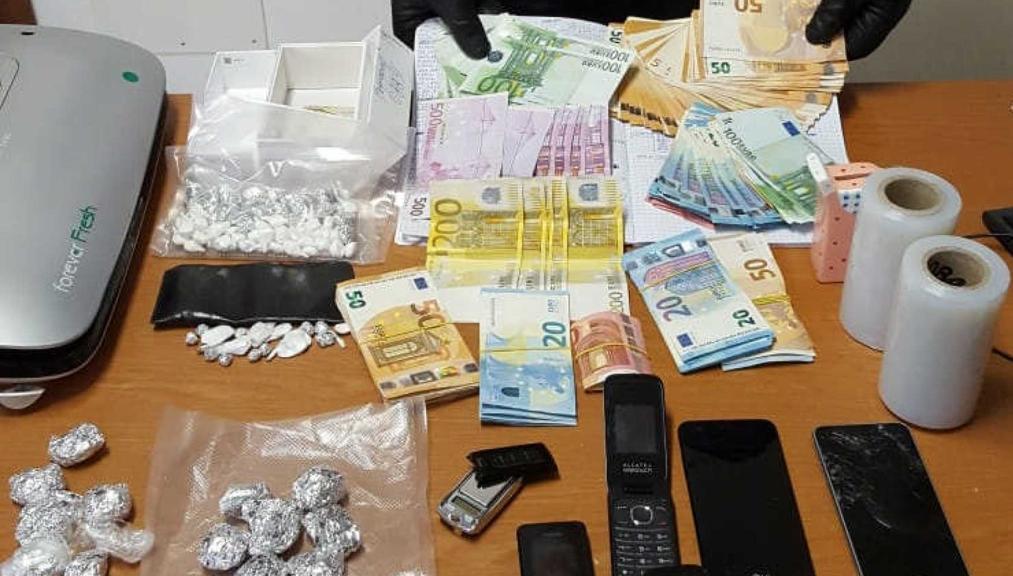 Shiste drogë nga shtëpia, prangoset shqiptari