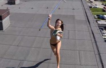 VIDEO/ Vajza, kujdes kur rrini lakuriq në tarracë, mund të ndodhë që sipër t'ju kalojë...