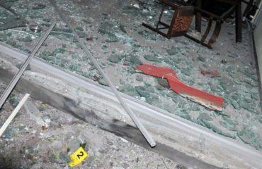 LAÇ/ Shpërthen tritoli në një lokal, pronari kërcënon me armë gazetarin. Shefi i policisë: Të fala...