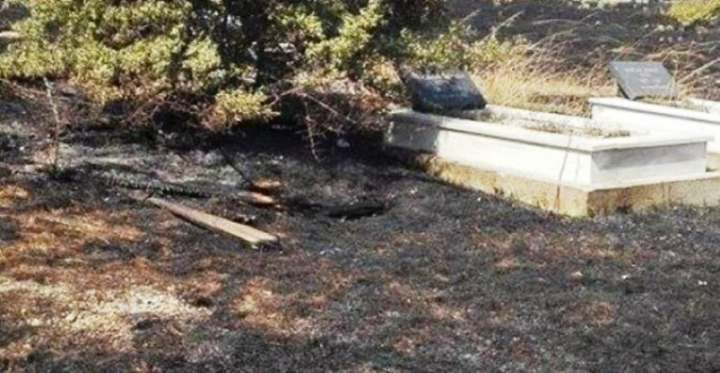 Qirinjtë e ndezur, u vënë zjarrin varrezave të fshatit në Kurbin