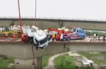VIDEO/ Çfarë fati paska patur ky shofer, shikoni si mbetet kamioni i varur mbi urë