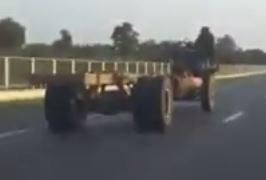 VIDEO/ Çfarë është ky mjet i çuditshëm që kalon 100 km/h në autostradë?