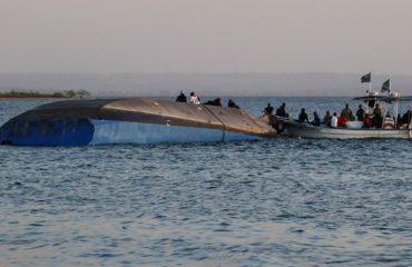 TRAGJEDIA/ Mbyllen kërkimet për të mbijetuarit në liqenin Viktoria, përmbysja e tragetit shkaktoi 136 viktima