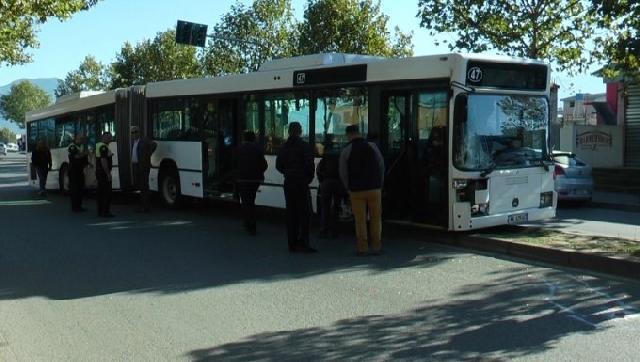 """Aksident te """"Kthesa e Kamzës"""", autobusi përplas babë e bir që ecnin në trotuar"""