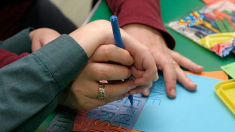 Fëmijët me aftësi të kufizuara, 700 mësues ndihmës në shkolla