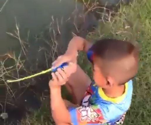 VIDEO/ E pabesueshme si e kap peshkun ky fëmijë me një kallam-lodër