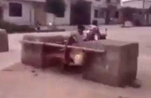 VIDEO–HUMOR/ Kjo kamionçinë nuk i mban dot të gjithë, shikoni çfarë i ndodh në një vend të ngushtë