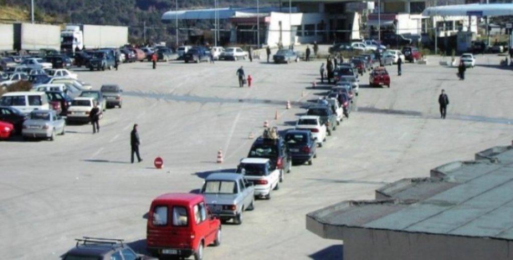 DIFEKT NË SISTEM/ Bllokohet Kapshtica, radhë të gjata për të shkuar në Greqi