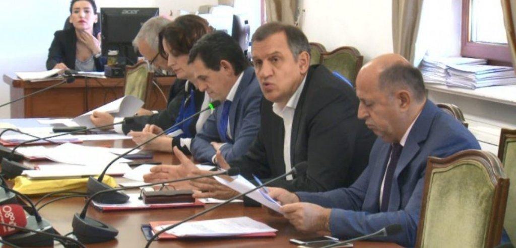 KUVENDI/ Komisioni rrëzon dekretin e Metës për Teatrin Kombëtar, pritet votimi në seancë pa opozitën