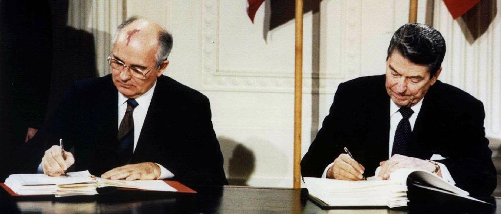"""PAKTI REGAN-GORBAÇOV/ SHBA do të tërhiqen nga marrëveshja bërthamore me Rusinë. Rinis """"Lufta e Ftohtë""""?"""