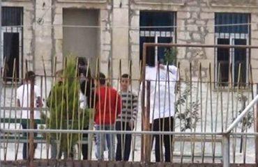 Iu mbyllën shkollën, nxënës e prindër protestë në Mallakastër
