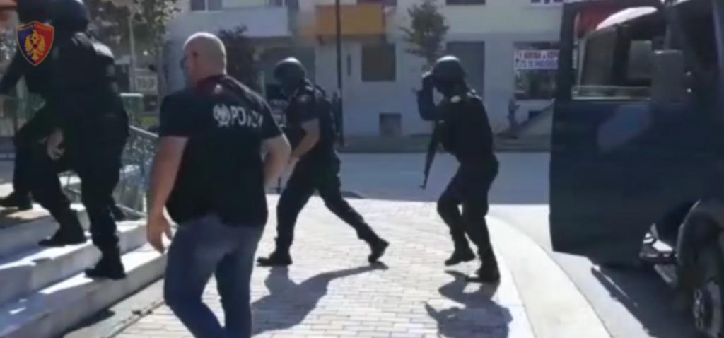 """FNSH """"mësyn"""" në rrugët dhe lokalet e Lushnjës dhe Fierit, kapet """"i forti i Boriçëve"""""""