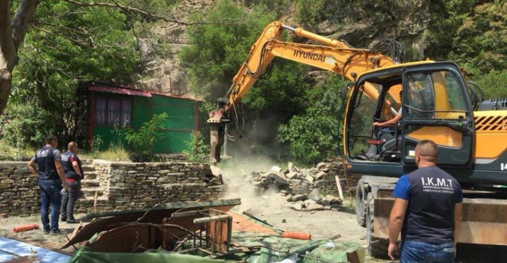 """SARANDË/ Fadromat e IKMT-së tek """"Syri i kaltër"""", prishen ndërtimet pa leje"""