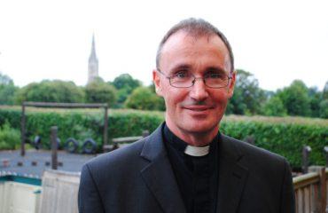 Ky është peshkopi i parë anglez që deklaron homoseksualitetin, ka edhe një lidhje
