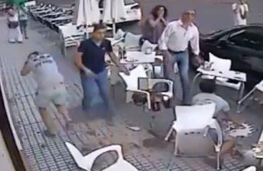 VIDEO/ Kur rreziku të vjen andej nga nuk e pret...shikoni çfarë u ndodh këtyre njerëzve në trotuar