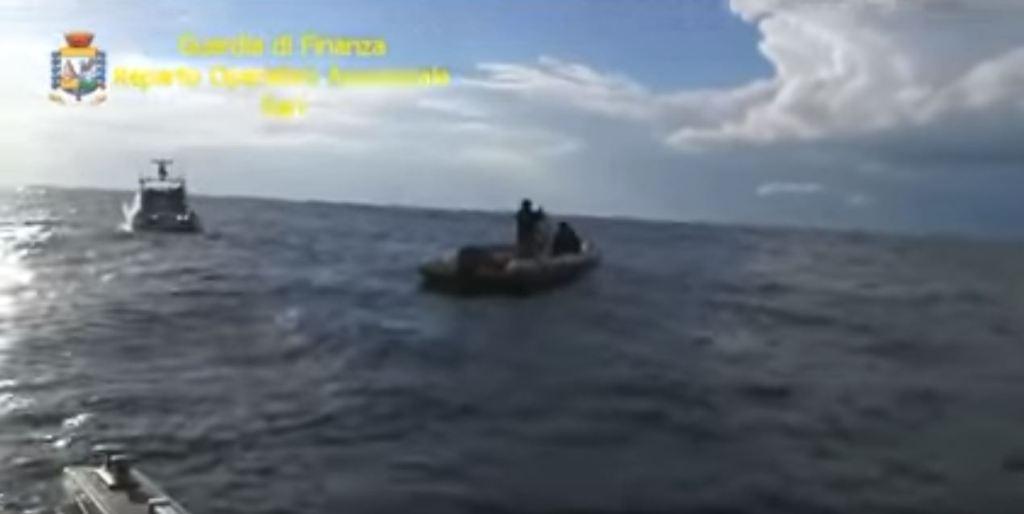 ITALI/ Bllokohet në det skafi me 5,6 kuintalë kanabis, si u kapën dy skafistët nga Vlora (VIDEO)