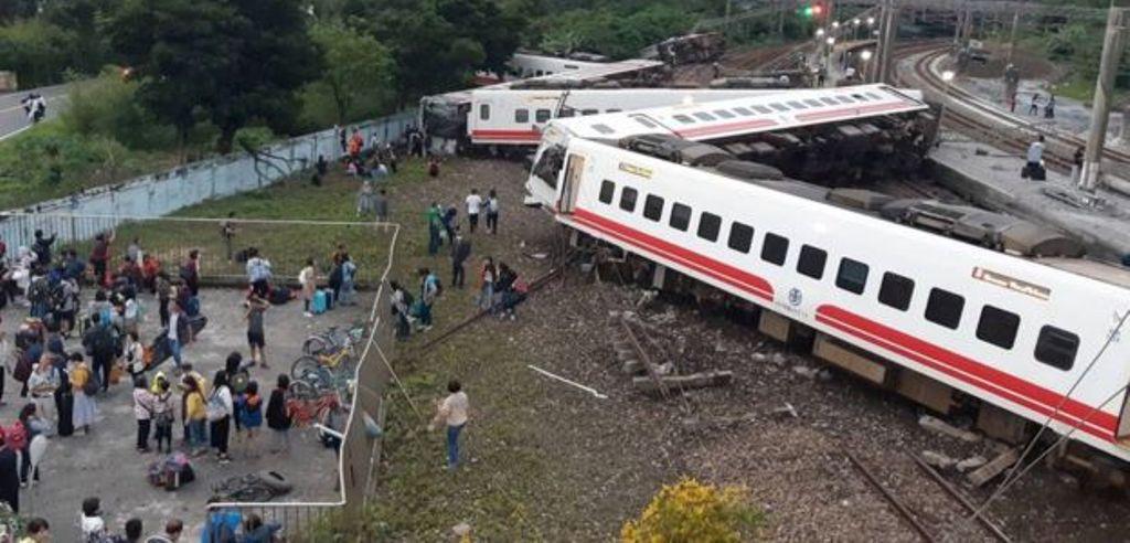 TRAGJEDI NË TAJVAN/ Treni del nga shinat, të paktën 18 të vdekur dhe 187 të plagosur