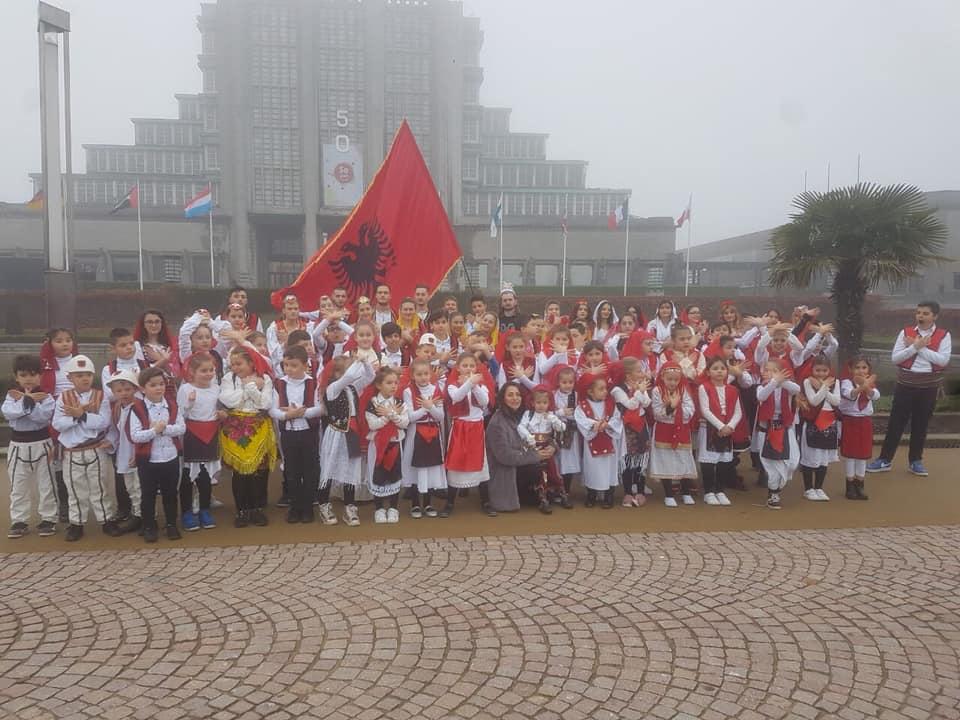 """Krenaria e Shqiptarisë! Për 106 vjetorin e Pavarësisë shqiptarët """"veshin"""" kuqezi kryeqytetin belg (Foto)"""