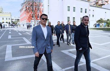 Pas protestës, Flamur Noka zgjedh të kalojë me kolegun Balliu para Ministrisë së Brendshme