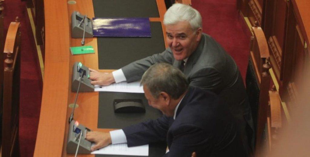 Kuvendi shkarkon Fatmir Xhafajn, ish-ministri i Brendshëm voton kundër vetes dhe ikën nga salla