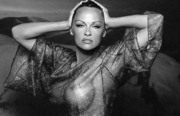 Pamela Anderson shfaqet provokuese...dhe ka një mesash për mashtruesit!