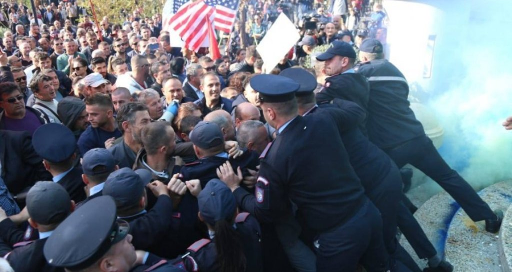 Flakadanë, kapsolla dhe shtyrje me policinë para Bashkisë, mbyllet dita e 12-të e protestës