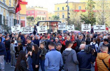 Protestuesit e Unazës së re dalin sërish përpara zyrës së Veliajt, mbërrijnë edhe deputetët e opozitës