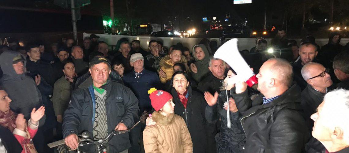 """Banorët e """"Astirit"""" vijojnë protestën, prishin rrethimin dhe përplasen me policinë"""