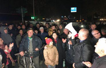 """Banorët e """"Astirit"""" në ditën e 39 të protestës, djegin gomat në rrugë"""