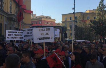 """Protestuesit e Unazës së Re """"mësyjnë"""" Bashkinë e Tiranës: Lali Eri, ku je fshehur?"""
