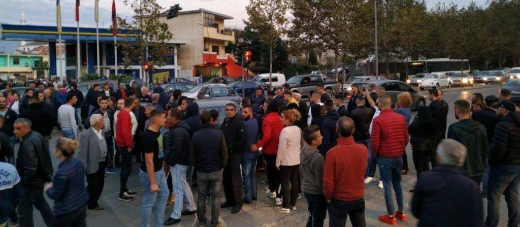PROJEKTI I UNAZËS/ Protesta e banorëve në ditën e katërt, PD i mbështet publikisht, policia nis shoqërimet