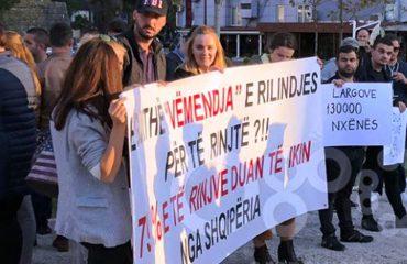 Lezhë, të rinjtë e presin kryeministrin Rama me protestë