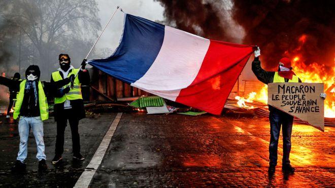 """Qeveria franceze """"dorëzohet"""" para protestave, shfuqizohet taksa e karburanteve"""