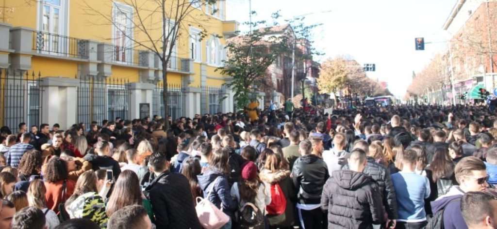 """PROTESTA/ Nikolla tenton të negociojë, Rama e quan """"zhurmë kazanësh"""". Studentët: Rezistencë kundër arrogancës"""