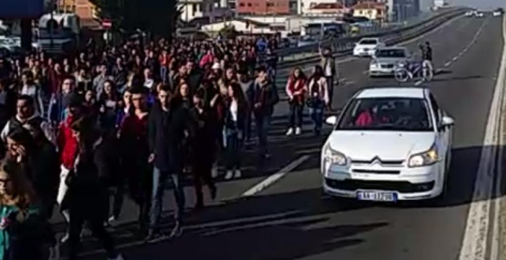 Edhe studentët e Kamzës në protestë, bllokojnë mbikalimin në superstradën Tiranë-Durrës