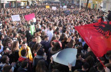 SKANDON AFATI/ Studentët e ndarë në 3 grupe, sot sërish protestë para Ministrisë së Arsimit