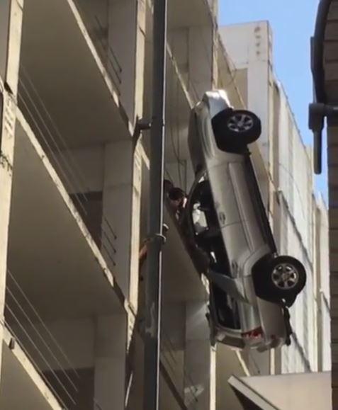 VIDEO/ Makina ngec në telat e katit të 9-të, shikoni si shpëton për mrekulli shoferi