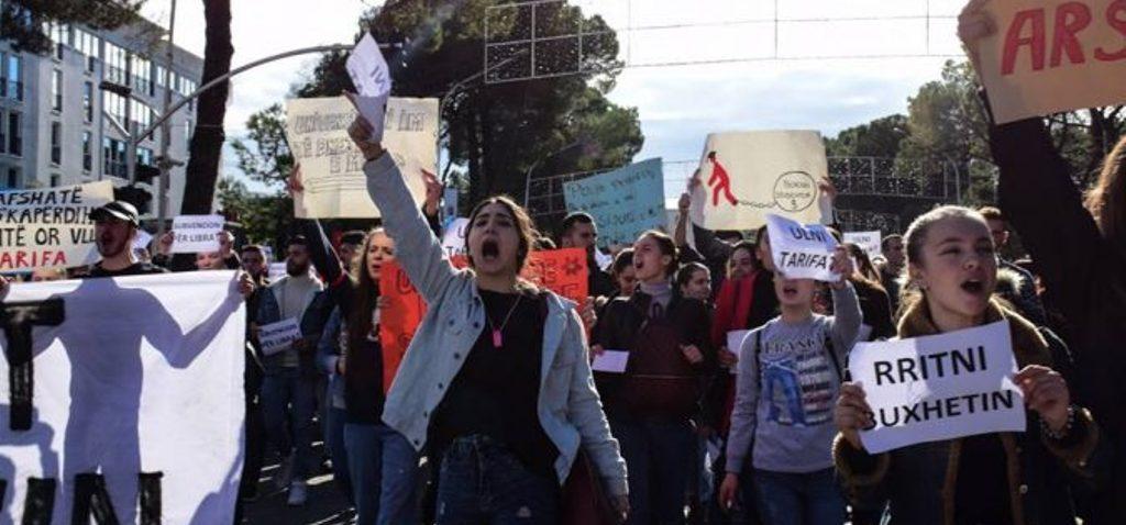"""""""NUK JEMI BANKOMATË""""/ Studentët """"rrethojnë"""" Ministrinë e Arsimit, rikthehen parullat e Dhjetorit '90"""
