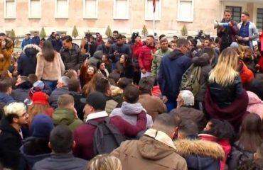 """PROTESTA/ Studentët """"ngujohen"""" përpara Kryeministrisë, """"armatosen"""" me sanduiçë dhe batanije"""