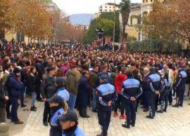 Protesta e studentëve, nga parlamenti tek ngujimi