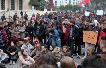 PROTESTA/ Një grup studentësh e gdhijnë përpara Kryeministrisë, nisin të mblidhen edhe të tjerët