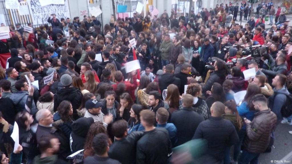 50 pedagogë i bashkohen protestës së studentëve: Të shfuqizohet ligji i arsimit të lartë