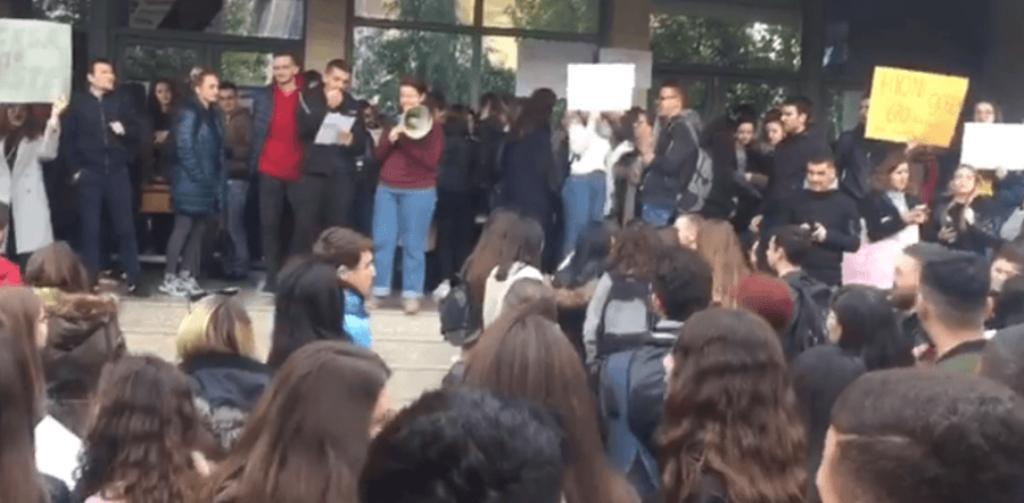 Studentët ngrihen në protestë, shkak pagesa për provimet e mbartura dhe tarifa vjetore