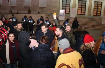 Studentët nuk binden nga drafti i qeverisë, flenë në rrugë pranë Ramës dhe Nikollës
