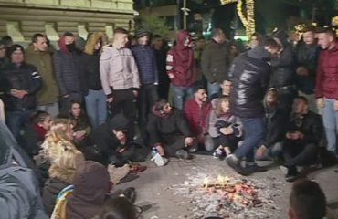 Tensione mes studentëve dhe policisë tek Kryeministria