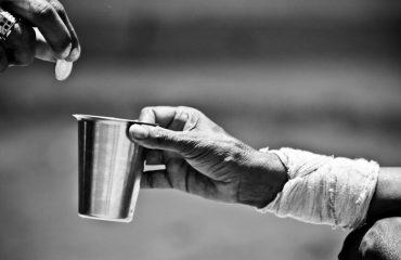 """Qeveria """"shtrëngon rripin"""" për varfrit, ulet pagesa e ndihmës ekonomike, përjashtohen 27 mijë familje"""