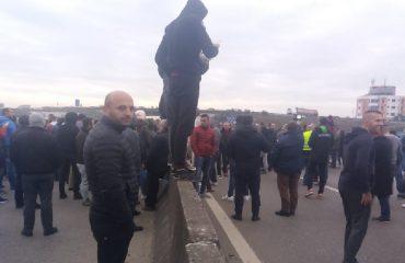 PD vijojn të mbështes protestat, bllokohen dy akset e autostradës Tiranë-Durrës
